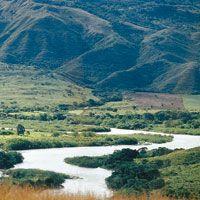 Al sur, cerca del municipio de Hobo, el valle del Magdalena es muy angosto; sin embargo, a la altura de Purificación alcanza una anchura de 50 km, vuelve a estrecharse cerca de la ciudad de Honda y finalmente sobrepasa los 100 km en la zona de Barrancaber