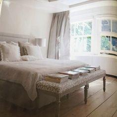 Raamverdeling, bredere vensterbank met radiatorombouw, bankje achter bed