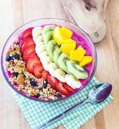 Smoothie bowl au muesli, fraises, banane, kiwi et mangue