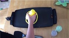 VOIR  VIDEO  -  3 modèles de crêpes de Pâques en vidéos! Plus un Bloopers!  COMMENT FAIRE:   -Préparez le mélange à gâteau à la vanille en suivant les indications sur l'emballage  POUR LE ZÉBRÉ:   -Ajoutez deux grosses c. à table de mélange à gâteau dans un petit bol, et 4 autres grosses c. à table dans un autre bol. -Dans le bol avec 2 c. à table, ajoutez un peu de poudre de cacao et bien mélanger -Et dans celui avec 4 c. à table ajoutez du colorant alimentaire noir en gel et bien mélanger…