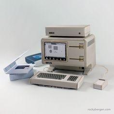 Un Apple Lisa di carta realizzato da Rocky Bergen Il regalo di Rocky Bergen, artista e designer, a tutti gli appassionati di tecnologia vintage: i mo...