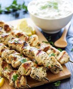 Brochettes de poulet grecques avec la sauce tzatziki