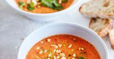 Tomaatti-paprikakeitto saa ihanan maun, kun kasvikset paahdetaan grillissä. Viimeistele annokset korianterilla, suolapähkinöillä ja chilillä.