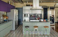 Com coifa da Tuboar, a bancada desta cozinha, projetada pelo arquiteto Gustavo Calazans, tem banquetas estilo industrial de ferro e bowl de cerâmica da Loja Teo