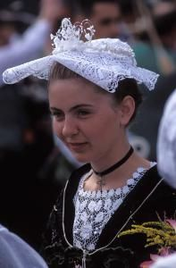 The Breton headdress: its main variants Breizh Ma Bro, Costume Français, European Costumes, French Costume, Costumes Around The World, Victorian Hats, Brittany France, Celtic Culture, Portraits