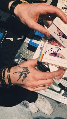 Shawn Mendes Tattoos, Shawn Mendes Memes, Shawn Mendes Imagines, Mendes 98, Mendes Army, Shawn And Camila, Foto Gif, Shawn Mendes Wallpaper, Babe