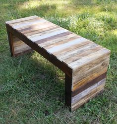 DIY pallet bench: learn how to make a simple pallet bench - Banc en palette DIY : apprenez comment faire un banc en palette simple small bench-pallet-wood-simple-make-it-yourself-use-indoor-outdoor Diy Pallet Projects, Pallet Ideas, Wood Projects, Woodworking Projects, Woodworking Plans, Popular Woodworking, Recycled Pallets, Wooden Pallets, Pallet Wood