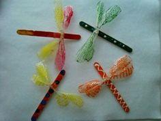 Libelle van ijsstokje en snoeppapiertjes