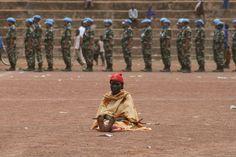 Preparação para o desfile militar em comemoração ao Dia da Paz em Wau - Sul do Sudão. Do desfile participaram contingetes militares Indianos, Paquistaneses, Kenianos e Sudaneses. Sendo que os primeiros três contingentes integravam as forças de paz da ONU no Sudão. <br />Essa senhora, durante as preparações para a parada militar, tomou assento em posição marcial frente às tropas. Assistiu toda a parada na mesma posição.  Trata-se de uma pessoa que sofre sequelas causadas pelo longo e…