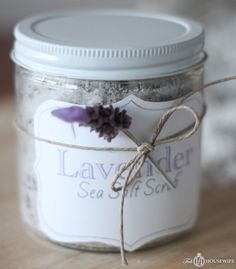 How to: DIY lavender sea salt scrub, body exfoliating recipe. Diy Body Scrub, Diy Scrub, Homemade Scrub, Homemade Gifts, Sea Salt Scrubs, Sugar Scrubs, Peeling, Homemade Beauty Products, Jar Gifts