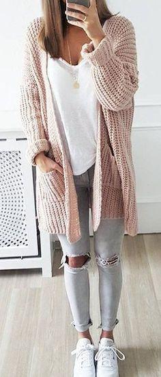 Arbeitsreiche Tage verlangen nach einem einfachen, aber dennoch stylischen Outfit, wie zum Beispiel eine rosa Strick Strickjacke mit einer offenen Front und graue enge Jeans mit Destroyed-Effekten. Fühlen Sie sich ideenreich? Entscheiden Sie sich für weißen Leder niedrige Sneakers.