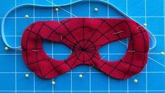 Antes de coser para juntar las dos capas de fieltro, unid con alfileres para que no se muevan e incluid la goma elástica, que quedará cosida...