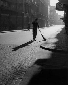 """undr: """"Kees Scherer. Amsterdam, Straatveger in de Damstraat. 1956 """""""