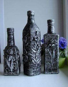 A arte e o estilo das garrafas decoradas Diy Plastic Bottle, Diy Bottle, Wine Bottle Art, Wine Bottle Crafts, Cracked Paint, Halloween Bottles, Mirror Painting, Bottles And Jars, Liquor Bottles