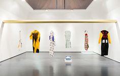 40 diseñadores como Faye Toogood, Issey Miyake, Nathalie Du Pasquier, Coop Himmelblau y Vivienne Westwood, desarrollaron para Workwear, una serie de uniformes que especulan sobre los trabajos que se tendrán que hacer en un futuro.