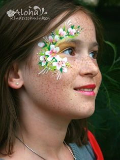 Fairy makeup with glitter gel effect - Flower fairy face painting instructions - Fairy face painting with glitter gel effect – Flower fairy face painting Instructions More - Face Painting Shop, Face Painting Flowers, Face Painting Tutorials, Face Painting Designs, Glitter Face Paint, Glitter Gel, Glitter Makeup, Glitter Force, Bodysuit Tattoos