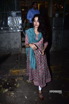 Janhvi Kapoor sticks to a cotton suit for the dinner outing - very casual and very simple Formal Outfits, Casual Outfits, Cute Outfits, Indian Suits, Indian Wear, Casual Indian Fashion, Women's Clothes, Clothes For Women, Indian Actress Photos