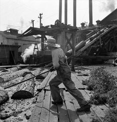 ) Pond Monkey (log roller) by Dorothea Lange Two men looking . Wood Mill, Lumber Mill, Old Photos, Vintage Photos, Klamath Falls Oregon, Willamette Valley, Model Train Layouts, Historical Pictures, Natural Resources