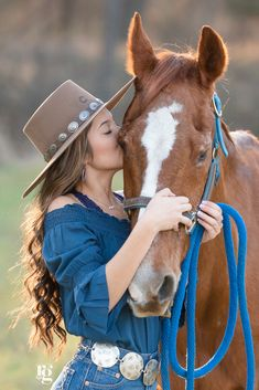 Foto Cowgirl, Estilo Cowgirl, Horse Girl Photography, Equine Photography, Fairy Light Photography, Pictures With Horses, Horse Photos, Animal Pictures, Cowgirl Senior Pictures