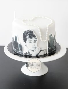Breakfast at Tiffanys inspired cake; id die for this Gorgeous Cakes, Pretty Cakes, Amazing Cakes, Tiffany Cakes, Tiffany Party, Cupcake Party, Cupcake Cakes, Audrey Hepburn Cake, One Tier Cake