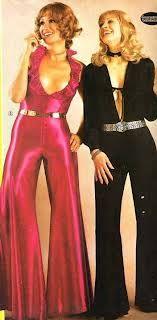 1970s Jumpsuits với chất liệu như satin bóng, quần ống loe rộng ở gấu, tóc uốn sóng. Những người phụ nữ đang mặc có phong cách như nhóm nhạc Disco