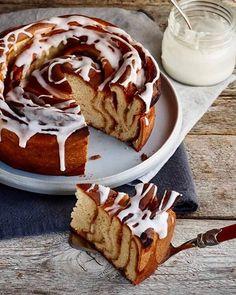 Cinnamon bun cake with marzipan filling Cinnamon Bun Cake, Cinnamon Rolls, Breakfast For A Crowd, Breakfast Recipes, Marzipan, Cake Recipes, Sweets, Baking, Ethnic Recipes