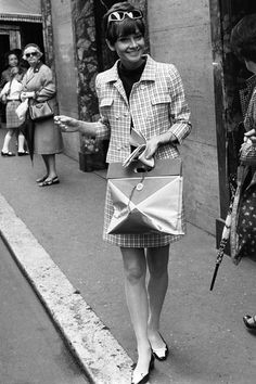Audrey Hepburn, in Rome in 1968 wearing a Givenchy suit/ensemble. Sophie Marceau, Julia Roberts, Brigitte Bardot, Classic Hollywood, Old Hollywood, Audrey Hepburn Mode, Jet Set, Actrices Hollywood, Moda Vintage