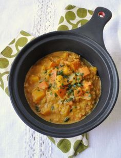 "Indian pumpkin curry & coral lentils - Since we saw the film ""The Lunchbox"" last Sunday, I have a furious desire for Indian cuisine with a - Healthy Food Recipes, Vegan Breakfast Recipes, Indian Food Recipes, Asian Recipes, Ethnic Recipes, Indian Foods, Curry Recipes, Pumpkin Curry, Vegetarian Meals"