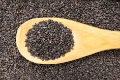 Black sesame seeds are a rich source of healthy fat and fiber. The versatility of these tiny nutritional seeds makes it easy to incorporate them into your diet. Black Sesame Seeds Benefits, Healthy Fats, Healthy Life, Natural Skin Care, Home Remedies, Health Benefits, Herbs, Nutrition, Eat