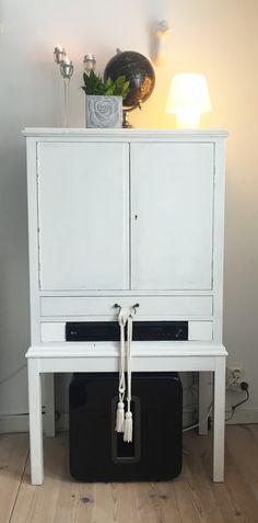 Praktisk och snygg förvaring kan vara att bygga in elektroniken i en möbel.