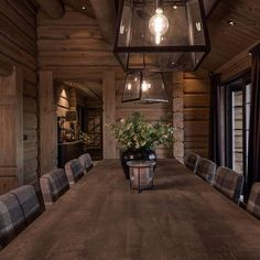 Spisestuestoler fra Artwood Cabin Homes, Log Homes, Industrial Farmhouse Decor, Cabin Chic, Cabin Interiors, Lodge Decor, Table Seating, House In The Woods, House Ideas