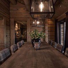 Spisestuestoler fra Artwood Cabin Homes, Log Homes, Industrial Farmhouse Decor, Cabin Chic, Mountain Cottage, Interior And Exterior, Interior Design, Cabin Interiors, Lodge Decor