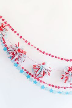 Super cute fireworks and stars garland you can make for the 4th of July!