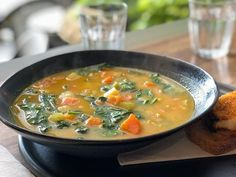 If you are looking for a slimming, tasty and economical recipe, take note in your autumn menu recipe book of this healthy fat-burning soup that will also . Gourmet Recipes, Soup Recipes, Vegetarian Recipes, Healthy Recipes, Thai Vegetable Soup, Sopas Light, Muffaletta Recipe, White Bean Kale Soup, Vegan Tomato Soup