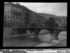 """Die """"Princip-Brücke"""" in Sarajevo in einer Aufnahme von 1936, heute wieder """"Lateiner-Brücke"""". In der Nähe der Brücke gab Gavrilo Princip die tödlichen Pistolenschüsse auf Thronfolger Franz Ferdinand ab. (ETH-Bibliothek, Bildarchiv, Dia 247-09656, Fotograf: Leo Wehrli)"""