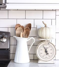Kitchen Decor A beautiful farmhouse kitchen decorated with simple touches of fall! - A beautiful farmhouse kitchen decorated with simple touches of fall, plus the perfect pumpkin bread recipe! Farm Kitchen Ideas, Cottage Kitchen Decor, Kitchen On A Budget, Country Kitchen, Kitchen Tips, Farmhouse Bedroom Decor, Diy Kitchen, Kitchen Design, Kitchen Pantries