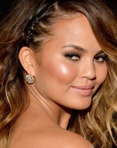 Chrissy Teigen definitely won for hair and makeup at the Grammys. Beachy waves, side braid, sun-kissed cheeks, and sultry eye. Christine Teigen, Side Braid Hairstyles, Wedding Hairstyles, Chrissy Teigen Hair, Diy Maquillage, Medium Hair Styles, Short Hair Styles, Red Carpet Hair, Celebrity Beauty