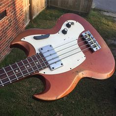 "961 curtidas, 4 comentários - Garrett's Guitars LLC (@garrettsguitars) no Instagram: ""Gone, but not forgotten. Melody Maker Bass in Sparkling Burgundy. I have only found two of that in…"""