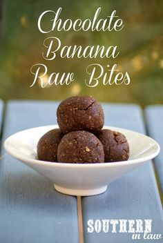 Chocolate Banana Raw Bites - a raw treat that is the perfect on-the-go snack and super healthy whilst tasting totally decadent. Healthy Protein Snacks, Healthy Sweets, Vegan Protein, Eat Healthy, Raw Desserts, Paleo Dessert, Roh Vegan, On The Go Snacks, Tasty