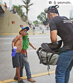 Foto de @gabytrujillo_ Esta foto tiene muchos  significados en tantos días de protestas niños de la calle se defienden en la calle para sobrevivir y se unen a las protestas de cualquier forma #ccs #Caracas #caracascamina  Hay realidades que no vemos a menos que alguien más nos las enseñe. #8M #fotoperiodismo #protestas #elnacionalweb #venezuelalucha #gf_daily #gf_ve #gf_venezuela