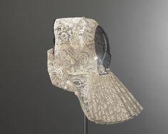 De draagster van deze staartkap leefde van 1843 tot 1928. De staartkap raakte rond 1875 langzamerhand in de mode in de plaats van de vierkante kap. De staartkap werd gedragen met het oorijzer. Deze muts is samen met het bijbehorende kapstel in bezit van het Nederlands Openluchtmuseum.  De staartkap werd vrijwel uitsluitend door katholieke vrouwen gedragen. Ook de draagster van deze muts was katholiek. #Blaricum #Gooi #NoordHolland #WestFries