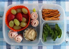Preschooler lunch box idea via wendolonia.com  | packed in @EasyLunchboxes containers