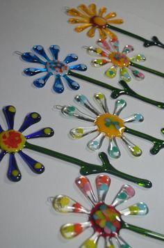 Listing for Bergstrom-Mahler Museum of Glass fused glass Flower Suncatchers - Cool Glass Art Designs Fused Glass Ornaments, Fused Glass Jewelry, Fused Glass Art, Stained Glass Art, Glass Fusing Projects, Stained Glass Projects, Glass Fusion Ideas, Glass Art Pictures, Glass Garden Art
