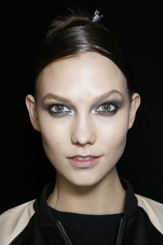 HOLIDAY BEAUTY IDEAS: Donna Karan Fall 2014 Makeup artist Charlotte Tilbury dreamed up a platinum gunmetal smoky eye, adding bright silver shadow to the inner corners for extra punch. Runway Makeup, Beauty Makeup, Eye Makeup, Hair Makeup, Smoky Eye, Charlotte Tilbury, Cool Eyes, Eyeshadow, Cosmetics