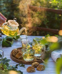 Pour me some tea Coffee Time, Tea Time, Grog, Tea And Books, Flower Tea, Tea Art, My Tea, Tea Ceremony, Tea Recipes