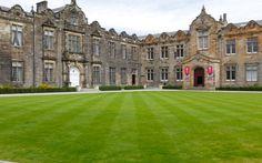 Ein perfektes Quidditch-Feld für die St. Andrews Snidgets © Katharina Serles Hogwarts, Harry Potter, Hotels, St Andrews, Louvre, Mansions, House Styles, Building, Travel