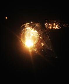 PUNT: een brandende koplamp is rond. In het beeld zitten verder nog ronde licht weerkaatsingen.