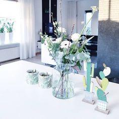 103 vind-ik-leuks, 5 reacties - www.studiopostma.nl (@studiopostma) op Instagram: 'Soms mag je jezelf best even trakteren toch? Alvast een beetje voorjaar op tafel! En tussen de…' Veronica, Glass Vase, Instagram, Home Decor, Decoration Home, Room Decor, Home Interior Design, Home Decoration, Interior Design