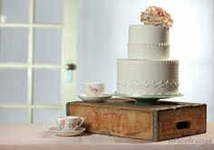 Vintage wedding cake with sugar flower  Photography by Revert imaging