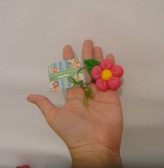 Chaveiro Flor. Ideal lembrancinha para festa tema jardim.  Podemos modelar a flor em diversas cores. Preço corresponde a unidade.  Todas as lembrancinhas vêm embrulhadas e com tag personalizada.  ******* ATENÇÃO ********* No preço não está incluso o envio, que é por conta do cliente. Para saber o valor exato, favor informar o CEP, a quantidade de bichinhos e o modo de envio pelos Correios (PAC, SEDEX ou SEDEX10). Em seguida envio e-mail com os valores do frete. R$ 4,50